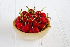 Шар с cherrys на белой таблице Стоковое Изображение