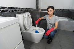 Шар туалета чистки женщины с щеткой Стоковые Изображения