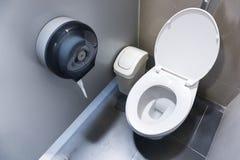 Шар туалета в современной ванной комнате с ящиками и туалетной бумагой Стоковые Изображения