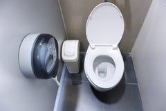 Шар туалета в современной ванной комнате с ящиками и туалетной бумагой Стоковая Фотография RF