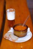 Шар тушёного мяса и пива говядины на деревянной таблице Стоковое Изображение