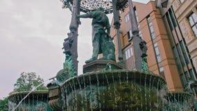 Шар фонтана в котором подачи воды Выкованная загородка и статуя украшая фонтан ( видеоматериал