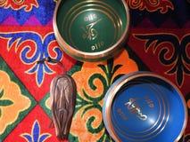 Шар-чашка жизни - популярный массовый сувенир петь продукта в Непале, Тибете и Инди-пребывании на этническом традиционном деревян стоковое фото rf