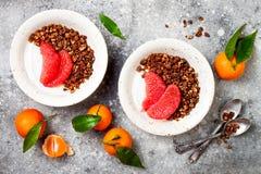 Шар югурта здорового завтрака зимы греческий с granola и грейпфрутом пряника шоколада Взгляд сверху, плоское положение, надземное Стоковая Фотография