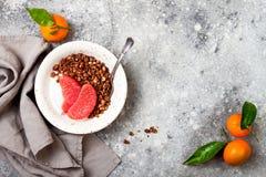 Шар югурта здорового завтрака зимы греческий с granola и грейпфрутом пряника шоколада Взгляд сверху, плоское положение, надземное Стоковое Изображение