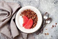Шар югурта здорового завтрака зимы греческий с granola и грейпфрутом пряника шоколада Взгляд сверху, плоское положение, надземное Стоковое Фото