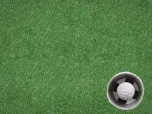 Шар для игры в гольф в чашке гольфа на зеленом цвете Стоковое Фото