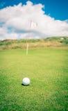 Шар для игры в гольф ждать быть положенным Стоковое Изображение RF