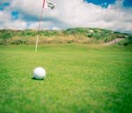Шар для игры в гольф ждать быть положенным Стоковое Фото