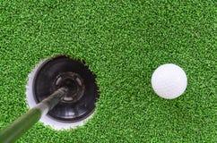Шар для игры в гольф и отверстие Стоковая Фотография