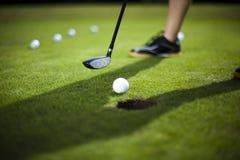 Шар для игры в гольф на зеленом луге, водителе стоковое фото