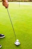 Шар для игры в гольф на зеленом цвете Стоковое фото RF