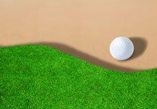 Шар для игры в гольф на песколовке с космосом экземпляра стоковые изображения rf