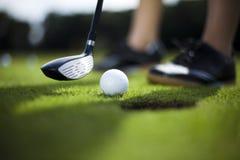 Шар для игры в гольф на тройнике в водителе стоковое изображение rf