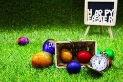 Шар для игры в гольф с пасхальными яйцами на зеленой траве Стоковое Изображение