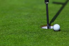 Шар для игры в гольф на губе чашки Стоковое фото RF