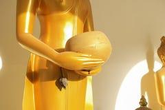 Шар ` s монаха владением статуи Будды стоковые фотографии rf