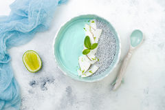 Шар smoothie spirulina Vegan голубой и пудинга chia покрытый с пылом хлопьев и известки кокоса Стоковое Фото