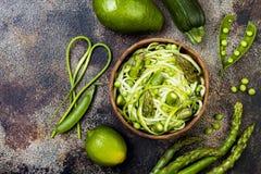 Шар zoodles спагетти или лапшей цукини с зелеными veggies и pesto scape чеснока Взгляд сверху, надземное стоковые фотографии rf