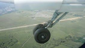 Шасси самолета появляется от места хранения в крыле акции видеоматериалы
