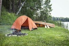 Шатер, лагерный костер и каное на lakshore Минесоты Стоковые Изображения