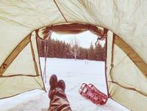 Шатер, ботинки снега, trekking поляки и рюкзак готовые для отключения стоковое изображение rf