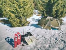 Шатер, ботинки снега, trekking поляки и рюкзак готовые для отключения стоковое изображение