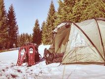 Шатер, ботинки снега, trekking поляки и рюкзак готовые для отключения стоковые фотографии rf