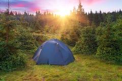 Шатер в лесе на заходе солнца или восходе солнца Стоковые Фото