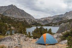 Шатер в озере горы красивого пятна обозревая Стоковая Фотография RF