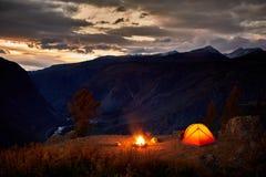 Шатер и располагаясь лагерем ландшафт холма на ночи Стоковые Изображения RF