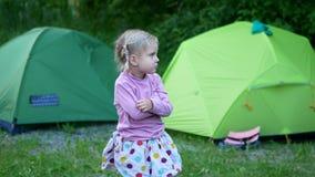 Шатер пикника ребенка располагаясь лагерем видеоматериал
