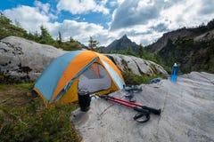 Шатер располагаясь лагерем в горах с деревьями хвои Стоковая Фотография