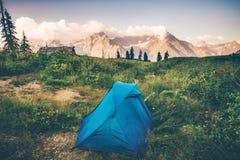 Шатер располагаясь лагерем с ландшафтом скалистых гор Стоковое Изображение