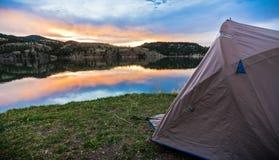 Шатер располагаясь лагерем Lakeshore на заходе солнца или восходе солнца в Mounta Стоковое Изображение