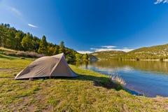 Шатер туриста на озере гор Стоковые Фото