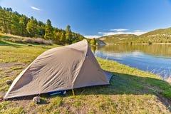 Шатер туриста на озере гор Стоковые Изображения