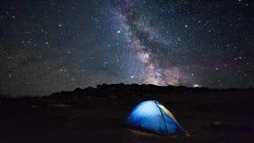 Шатер Iluminated под звездами в горах сток-видео