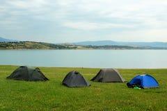 Шатры в располагаться лагерем около резервуара воды Тбилиси, Georgia Стоковые Изображения