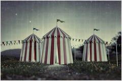 Шатры цирка на зеленом поле бесплатная иллюстрация