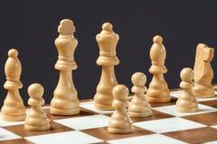 Шахматная доска с деревянными шахматными фигурами Стоковая Фотография RF