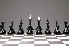 Шахматная фигура на доске на серой предпосылке стоковое изображение