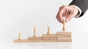 4 шахматной фигуры на шагнутом стоге блоков Стоковая Фотография