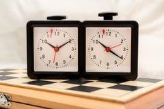 Шахматные доски и часы шахмат Стоковые Изображения RF