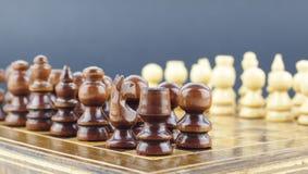 Шахматные фигуры аранжированные на доске стоковые изображения rf