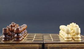 Шахматные фигуры аранжированные на доске стоковое изображение