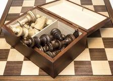 Шахматные фигуры в открытом ящике для хранения на шахматной доске Стоковые Изображения RF