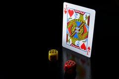 Шахматные фигуры и блэкджек стоковое изображение