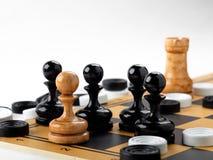 Шахматные фигуры и контролеры помещенные на доске Стоковое фото RF