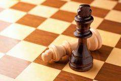 Шахматные фигуры на доске Стоковое Изображение